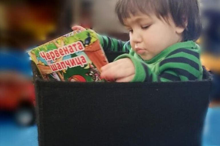 дете с книжка