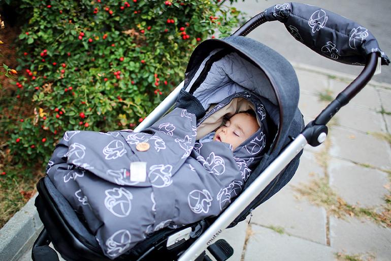бебе в чувалче на количка от Бебетех