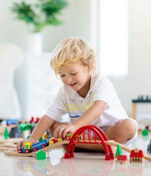 дете играе с конструктор